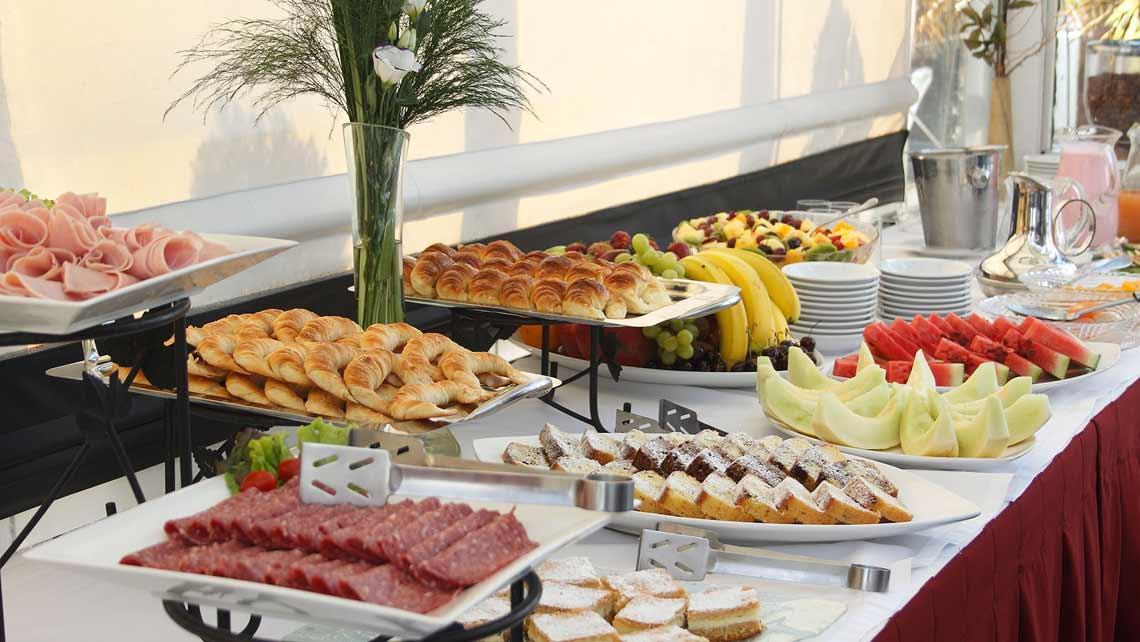 Variado desayuno buffet